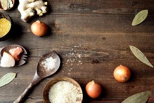 スパイスとインド料理食材 黒木材背景の写真素材 [FYI01177580]