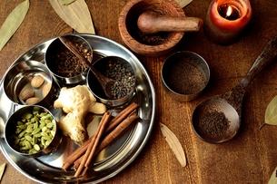 ステンレス食器に盛り合わせたスパイス 木材背景の写真素材 [FYI01177592]