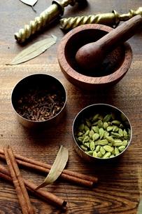 スパイスと木製すり鉢 木材背景の写真素材 [FYI01177599]