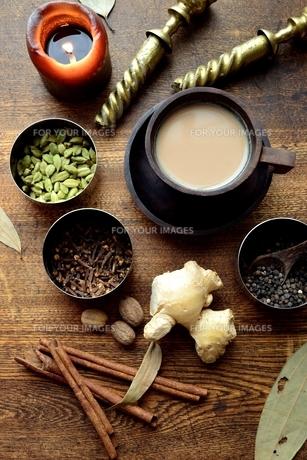 スパイスと一杯のチャイ 木材背景の写真素材 [FYI01177600]