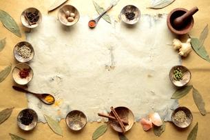 スパイスとインド料理食材 フレーム インディアンベイリーフ背景の写真素材 [FYI01177605]