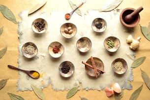 スパイスとインド料理食材 インディアンベイリーフ背景の写真素材 [FYI01177607]