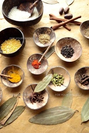 スパイスとインド料理食材 インディアンベイリーフ背景の写真素材 [FYI01177614]