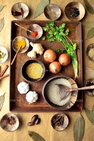 錆びたトレーとスパイスとインド料理食材 インディアンベイリーフ背景の写真素材 [FYI01177617]