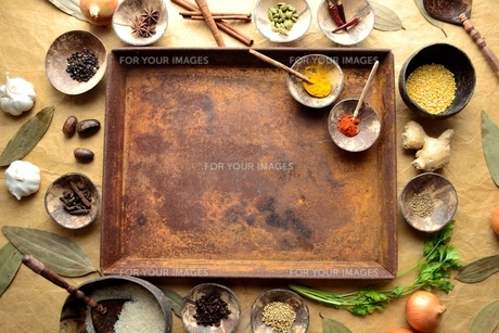錆びたトレーとスパイスとインド料理食材 インディアンベイリーフ背景の写真素材 [FYI01177618]