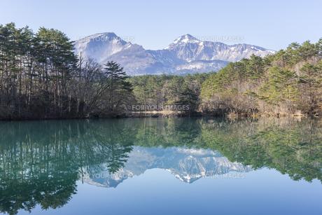 五色沼の毘沙門沼と磐梯山の写真素材 [FYI01177630]