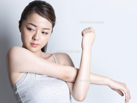 ストレッチをする女性の写真素材 [FYI01177661]