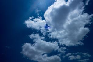 青い空と白い雲の写真素材 [FYI01177682]