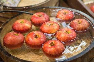 冷たい水に浮くリンゴの写真素材 [FYI01177863]
