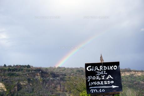 滅びゆく街での虹の写真素材 [FYI01177890]