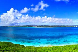 真夏の宮古島。来間島の竜宮城展望台から見た風景の写真素材 [FYI01177904]