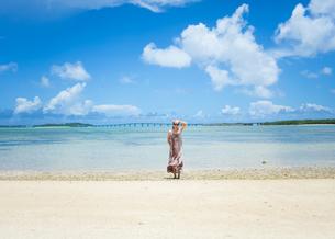 沖縄の海と女性の写真素材 [FYI01177961]