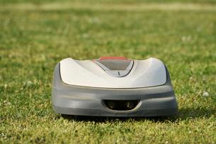 ロボット芝刈り機の写真素材 [FYI01177965]