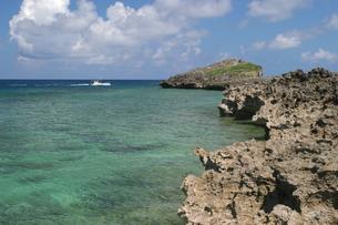 西平安名崎から見たエメラルドグリーンの海の写真素材 [FYI01177989]