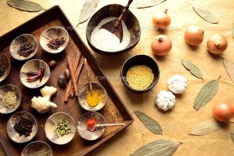 インド料理の食材と錆びたトレーに並べたスパイスの写真素材 [FYI01178335]