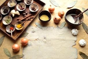 スパイス種類いろいろとインド料理食材の写真素材 [FYI01178338]