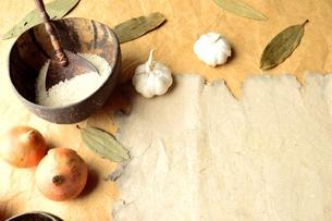 インド料理の食材とボロボロの古紙の写真素材 [FYI01178341]