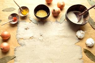 インド料理の食材とボロボロの古紙の写真素材 [FYI01178342]