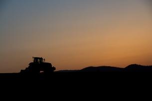 夕暮れの農作業の写真素材 [FYI01178500]