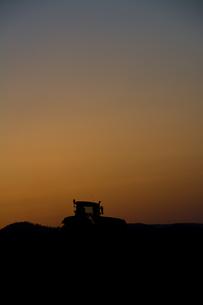 夕暮れの農作業の写真素材 [FYI01178502]
