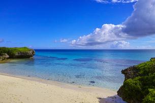 真夏の宮古島。フナクスビーチから見た風景の写真素材 [FYI01178528]