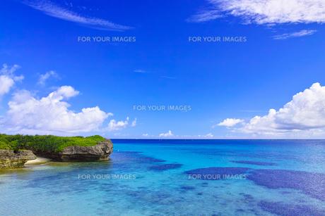 真夏の宮古島。フナクスビーチから見た風景の写真素材 [FYI01178529]