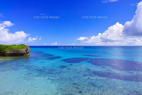 真夏の宮古島。フナクスビーチから見た風景の写真素材 [FYI01178530]