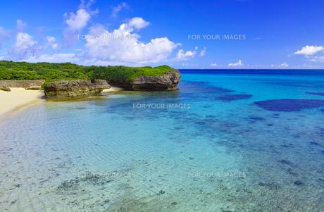 真夏の宮古島。フナクスビーチから見た風景の写真素材 [FYI01178531]