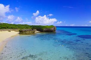 真夏の宮古島。フナクスビーチから見た風景の写真素材 [FYI01178532]