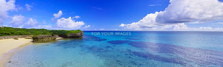 真夏の宮古島。フナクスビーチから見た風景(パノラマ)の写真素材 [FYI01178533]