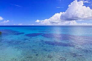 真夏の宮古島。フナクスビーチから見た風景の写真素材 [FYI01178535]