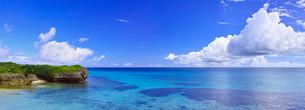真夏の宮古島。フナクスビーチ(パノラマ)の写真素材 [FYI01178536]