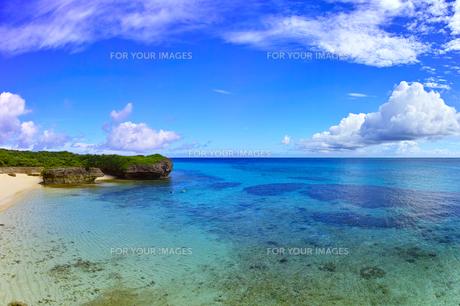 真夏の宮古島。フナクスビーチでシュノーケリングを楽しむ人々の写真素材 [FYI01178537]