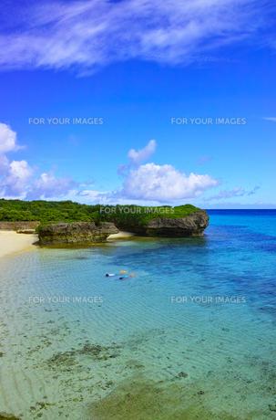 真夏の宮古島。フナクスビーチでシュノーケリングを楽しむ人々の写真素材 [FYI01178538]
