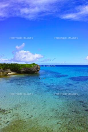 真夏の宮古島。フナクスビーチでシュノーケリングを楽しむ人々の写真素材 [FYI01178539]