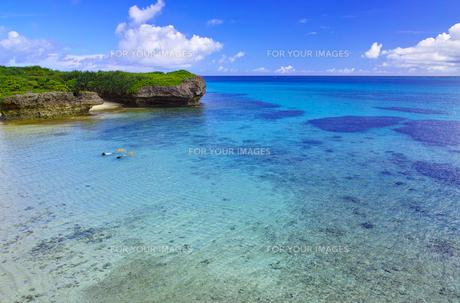 真夏の宮古島。フナクスビーチでシュノーケリングを楽しむ人々の写真素材 [FYI01178540]
