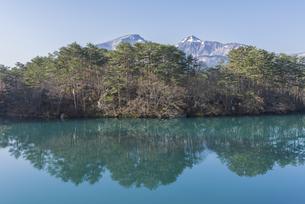 春の裏磐梯高原毘沙門沼の写真素材 [FYI01178556]