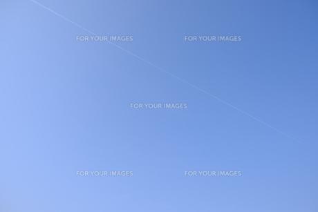 快晴の空に飛行機雲ひとつの写真素材 [FYI01178572]
