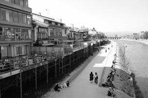 京都鴨川の川床の写真素材 [FYI01178611]