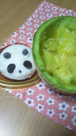 パンダチョコケーキとメロンの写真素材 [FYI01178644]