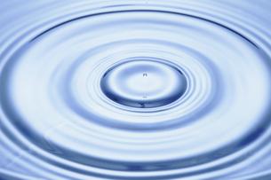 水滴と波紋の写真素材 [FYI01179080]