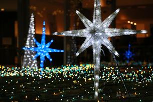 クリスマスの夜の街の通りのイルミネーションの飾り付けの写真素材 [FYI01179287]
