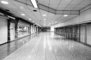 深夜の無人ビルの写真素材 [FYI01179416]