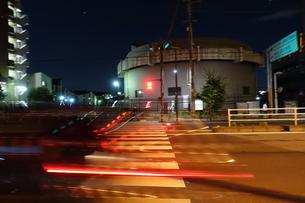 夜の横断歩道の写真素材 [FYI01179420]