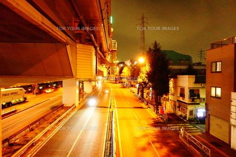 深夜の幹線道路の写真素材 [FYI01179423]