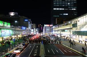 夜の駅前交差点の写真素材 [FYI01179429]