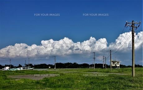 雲と電線と小屋と船の写真素材 [FYI01179626]