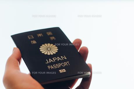 パスポートを持つ手の写真素材 [FYI01179635]