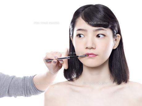 メイクアップ中の女性の写真素材 [FYI01179940]
