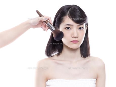 メイクアップ中の女性の写真素材 [FYI01179981]